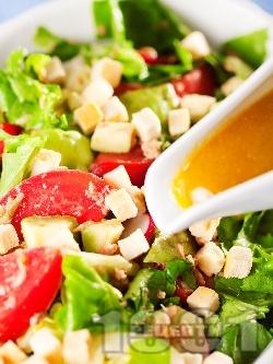 Зелена салата с риба тон, домати, краставици, крутони и авокадо с дресинг от мед, горчица и зехтин - снимка на рецептата
